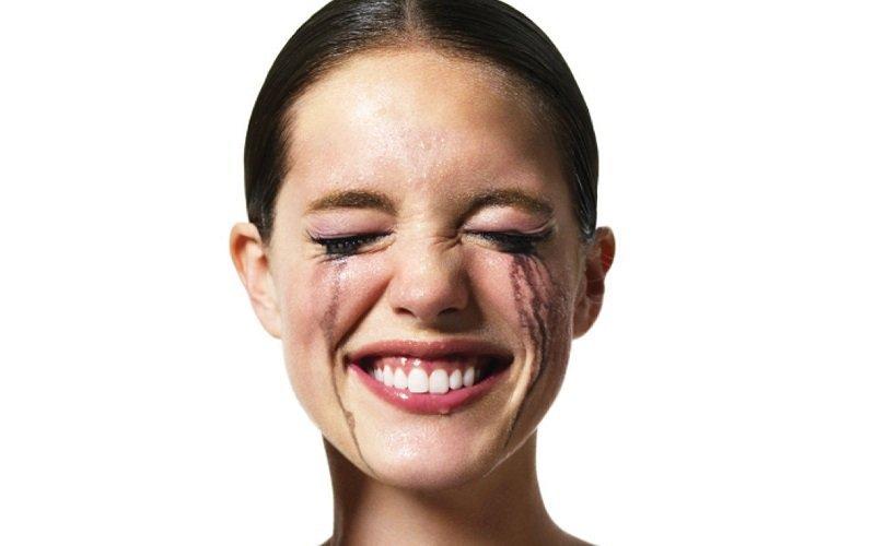 Обмануть подкатывающие слезы поможет улыбка.